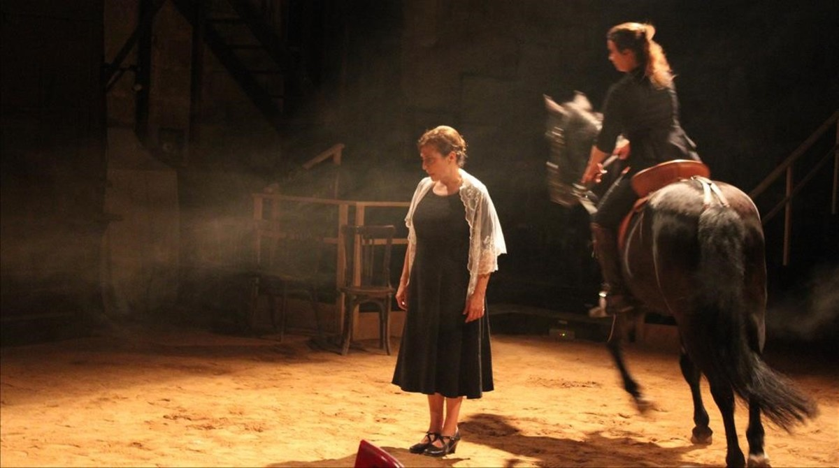 Clara Segura (izquierda) y Montse Vellvehí en una escena de 'Bodas de Sangre'.