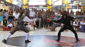 El público sigue atentamente la batalla entre el enmascarado'Scaramouche'y su enemigo, en el 'flashmob' rodado en el centro comercialLas Arenas.
