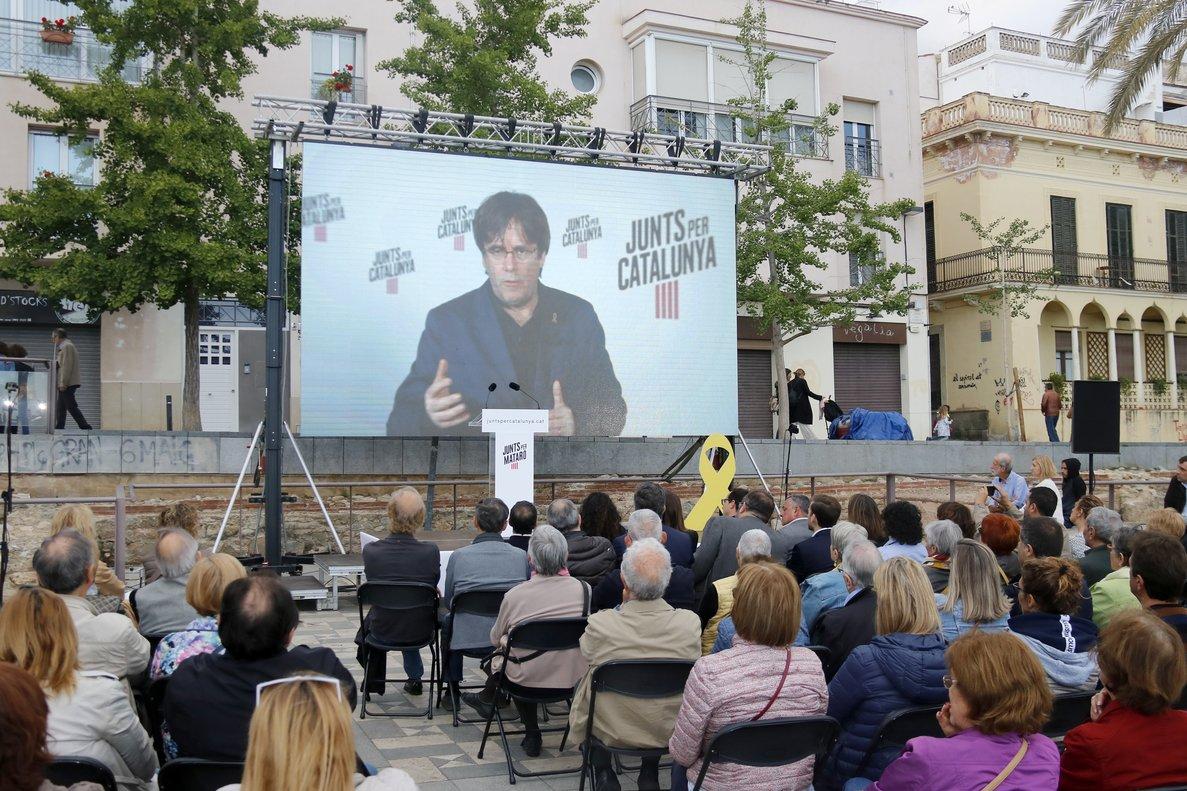 El líder de JxCat, Carles Puigdemont, interviene por videoconferencia en el mitin de Junts por Mataró en la plaza de Can Xammar.