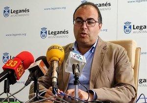 El alcalde de Leganés, Santiago Llorente, en una rueda de prensa en el Ayuntamiento.