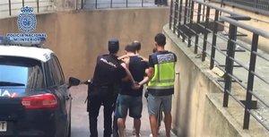 El momento de la detención en Móstoles de uno de los miembros de la banda que perpetuó robos en más de 40 viviendas.