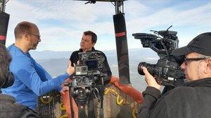 El meteorólogo ty hombre del tiempo de TV-3 Francesc Mauri charla en las alturas con el periodista Joan Maria Pou en 'Globus sonda' (TV-3).