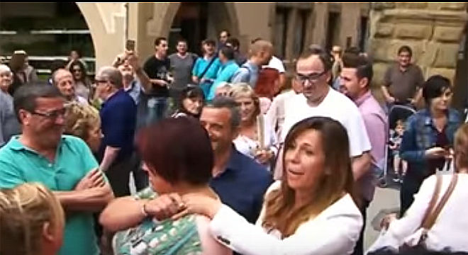 La dirigente del PP catalán AliciaSánchez-Camacho exigió democracia y respeto a la gente que le abucheó en Vic.