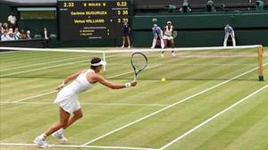 Garbiñe Muguruza conecta una derecha durante la final de Wimbledon contra Venus Williams.