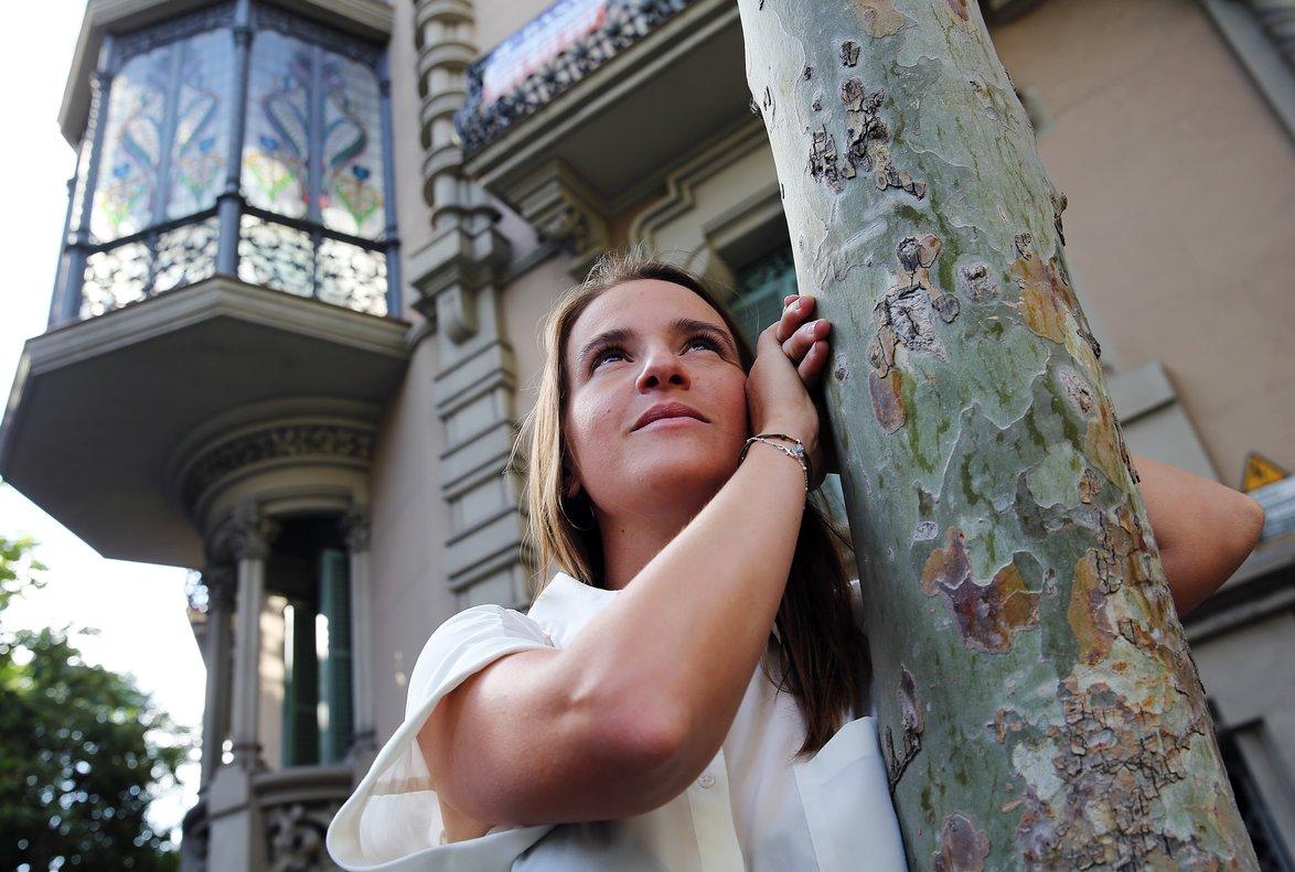La golfista Èlia Folch, frente a uno de los edificios que más le gustan, ubicado en el cruce de las calles de València y Llúria.