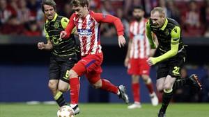 Griezmann deja atrás a Mathieu para marcar el segundo tanto del Atlético.