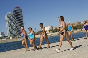 Un grupo de mujeres hace deporte entre las playas de Nova Icaria y Bogatell, en Barcelona.