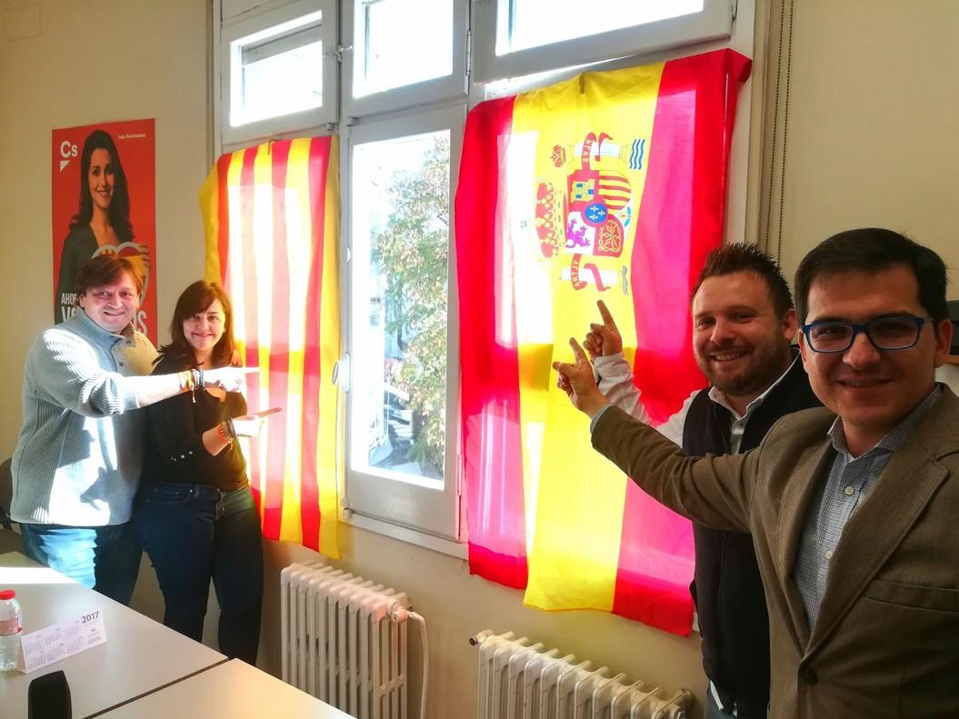 Grupo municipal de Cs en Santa Coloma, con las banderas recolocadas.