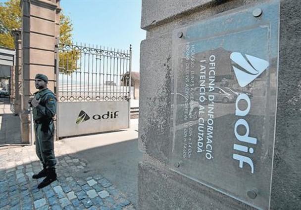 La Guardia Civil registra las instalaciones de Adif en la Sagrera, el pasado lunes.