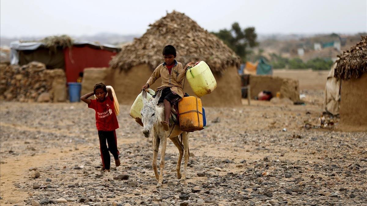 Un chico camina enun campo de desplazados de Yemen.