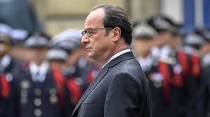 Hollande, en el nomenaje al policía asesinado en el atentado de los Campos Elíseos.