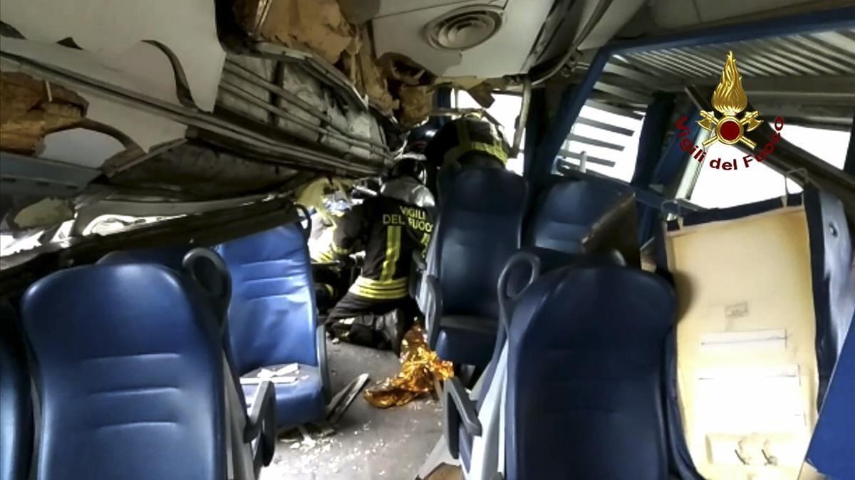 Imagen del interior de un vagón facilitada por los bomberos.