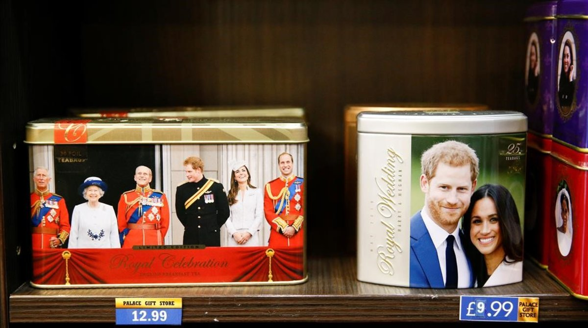 La imagen de los duques de Sussex en una tienda de recuerdos de Londres, ayer.