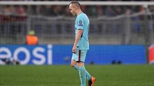 Iniesta abandona abatido el Estadio Olímpico de Roma tras ser sustituido por André Gomes.