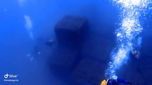 Una docena de bloques de hormigón reconvertidos en arrecife urbano.