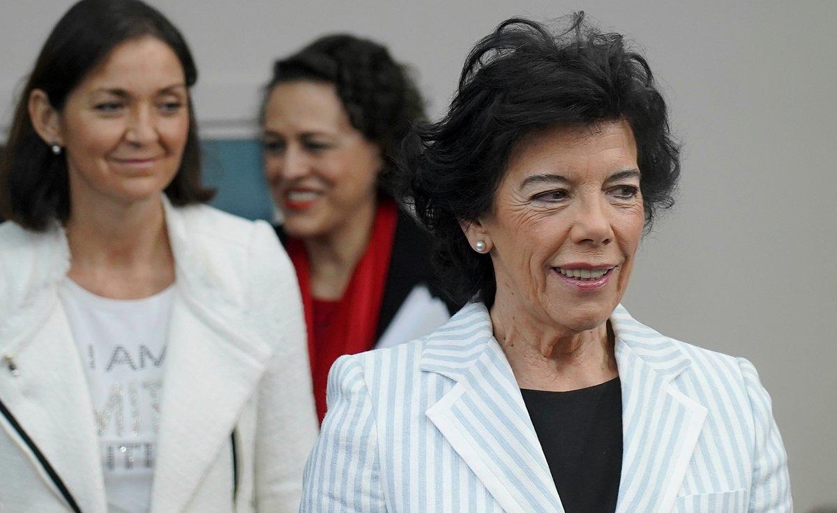 Isabel Celaá, seguida por Reyes Maroto y Magdalena Valerio.
