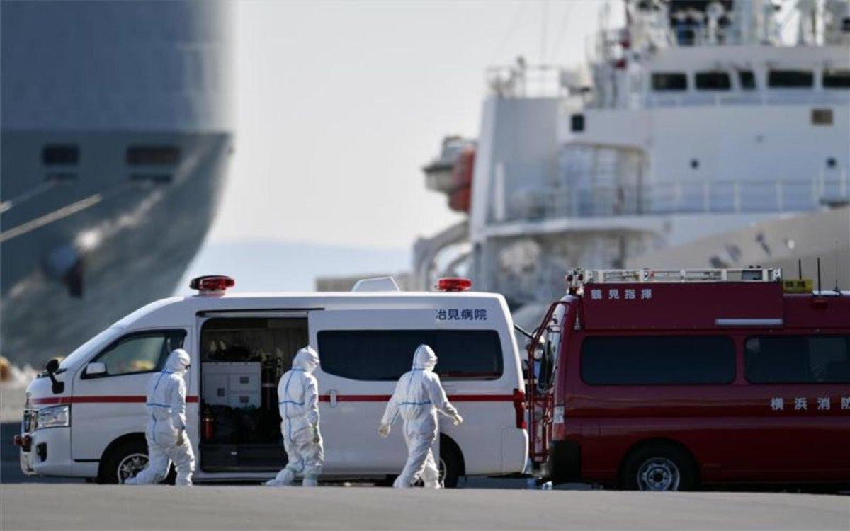 Personal médico japonés atiende a los enfermos del coronavirus en el crucero anclado en Yokohama.