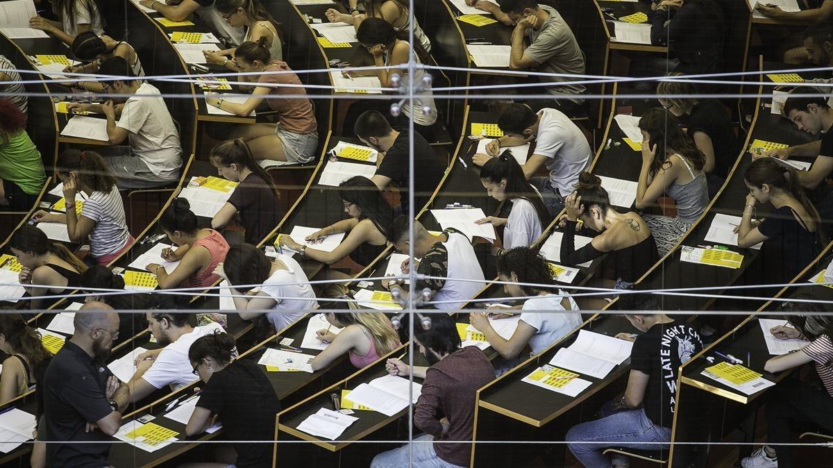Unos estudiantes se examinan de la selectividad en el campus de Ciutadella de la Universitat Pompeu Fabra (UPF), en Barcelona.