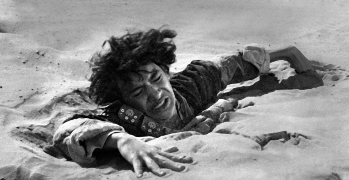 John Dimech lucha en unas arenas movedizas en Lawrence de Arabia.