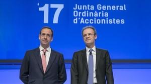 Gonzalo Gortázar y Jordi Gual, en la junta de accionsitas del 2017.