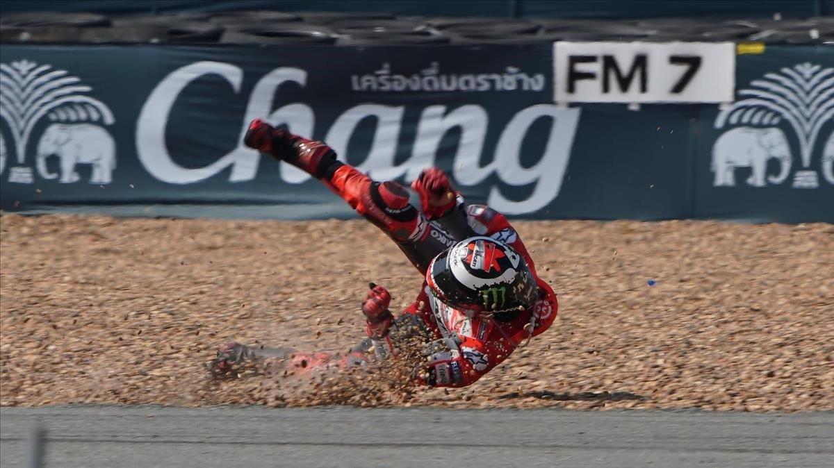 Jorge Lorenzo ha dado varias volteretas tras su aparatosa caída de hoy en el trazado de Buriram, en Tailandia.