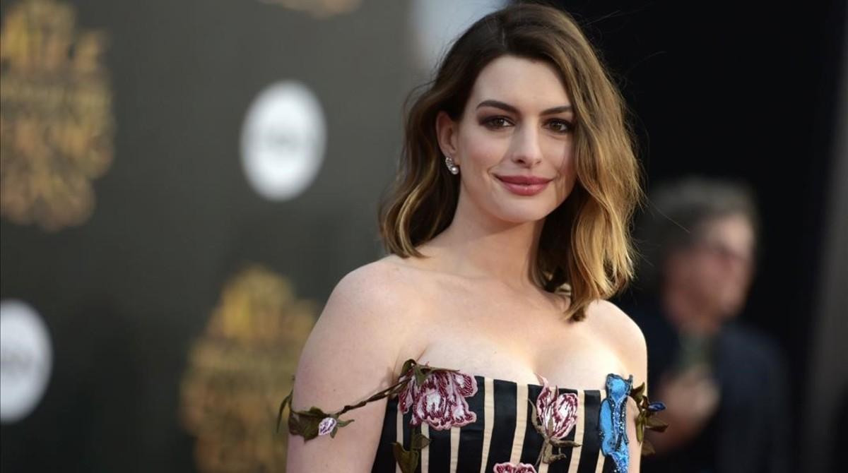 Anne Hathaway en la premier de Alicia a través del espejo, en 2016