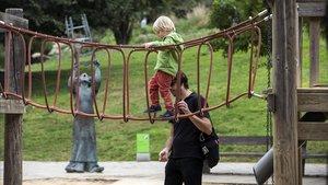 Juegos infantiles en los jardines de Joan Brossa, frente a la escultura dedicada a Charlie Rivel.