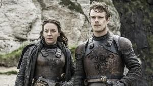 Los personajes Yara y Theon Greyjoy, en una imagen de la última temporada de 'Juego de tronos'.