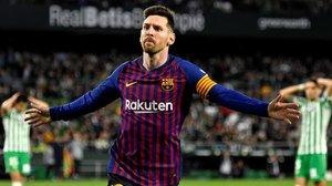 Leo Messi celebra uno de sus goles mientras, al fondo, Guardado y Bartra se echan las manos a la cabeza.