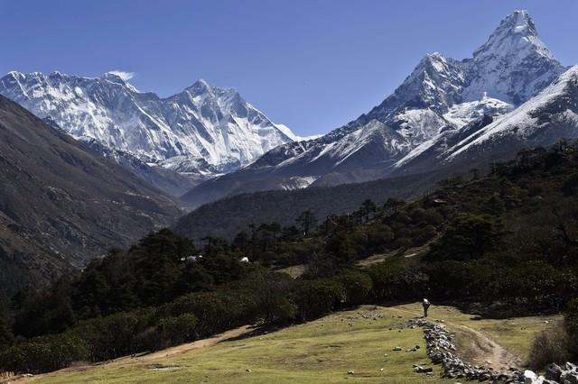 L'Everest, a l'esquerra, des de la localitat de Tembuche, al Nepal, el 20 d'abril.