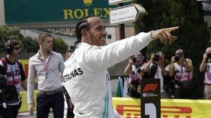 Lewis Hamilton (Mercedes) celebra con el público su 'pole' en las calles de Mónaco.