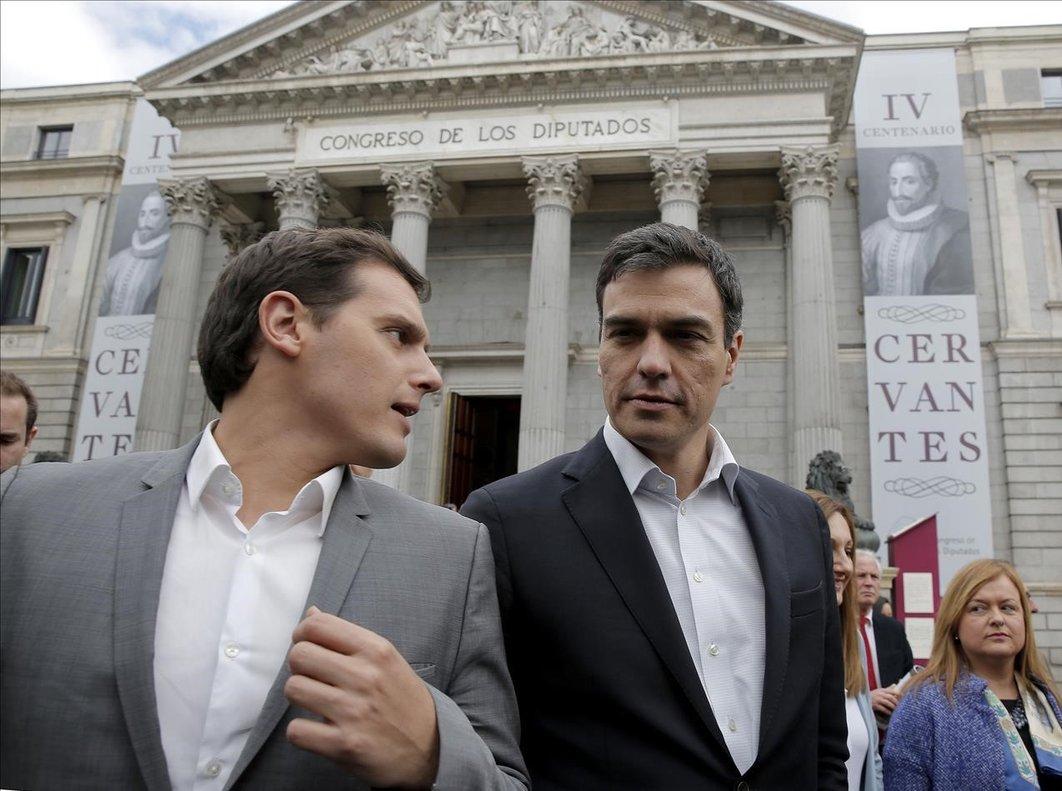 El líder del PSOE y actual presidente del Gobierno, Pedro Sánchez, junto al jefe de Ciudadanos, Albert Rivera, en el 2016