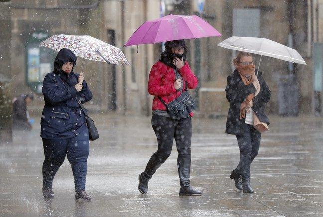 En Canarias son probables algunas lluvias débiles ocasionales y aisladas en el norte de islas de mayor relieve.