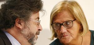 Los críticos de Unió Antoni Castellà y Núria de Gispert, partidarios de la lista transversal de Mas, conversan durante la rueda de prensa ofrecida en el Col·legi de Periodistes de Barcelona.