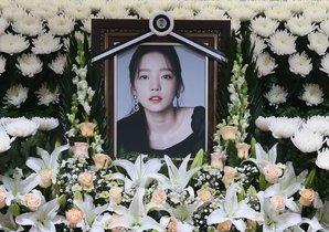 Los fans de Goo Hara han improvisado un altar con fotos y flores en el hospital de Seúl, en recuerdo de la estrella K-Pop.