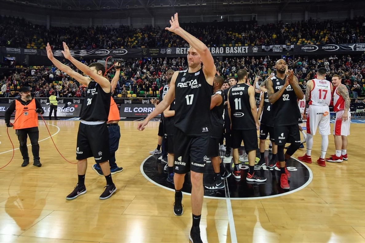 Los jugadores del Bilbao Hervelle y Gladness se despiden de los aficionados tras la derrota ante el Baskonia