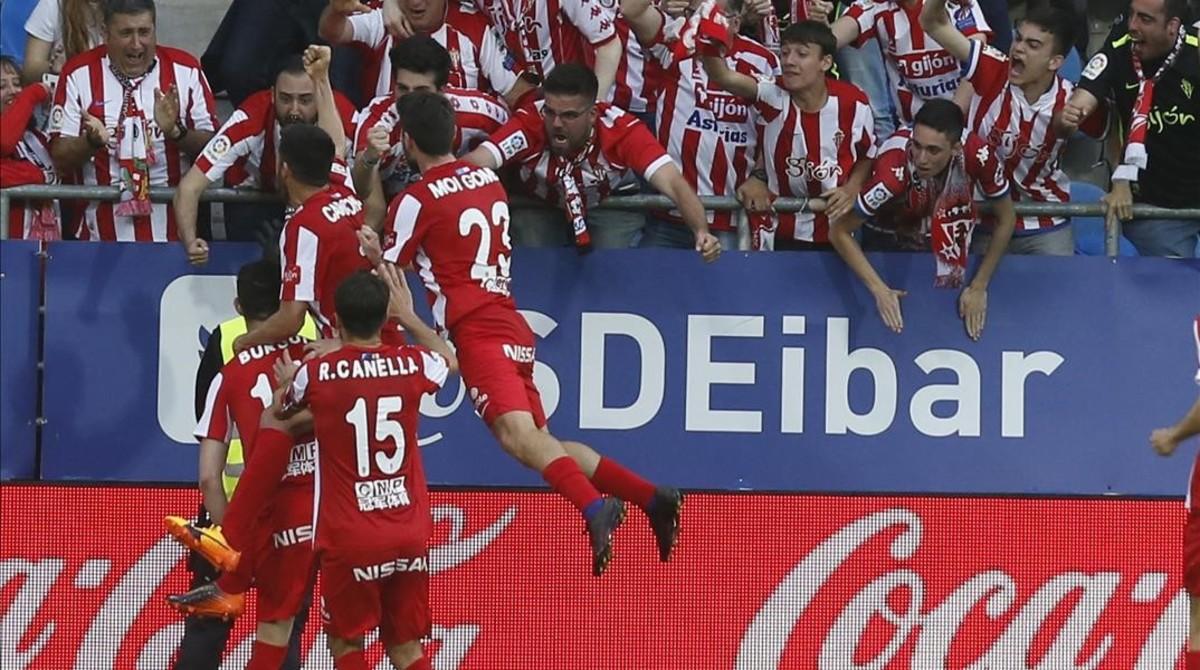 Los jugadores del Sporting celebran el gol de Burgui con los aficionados asturianos desplazados a Eibar.