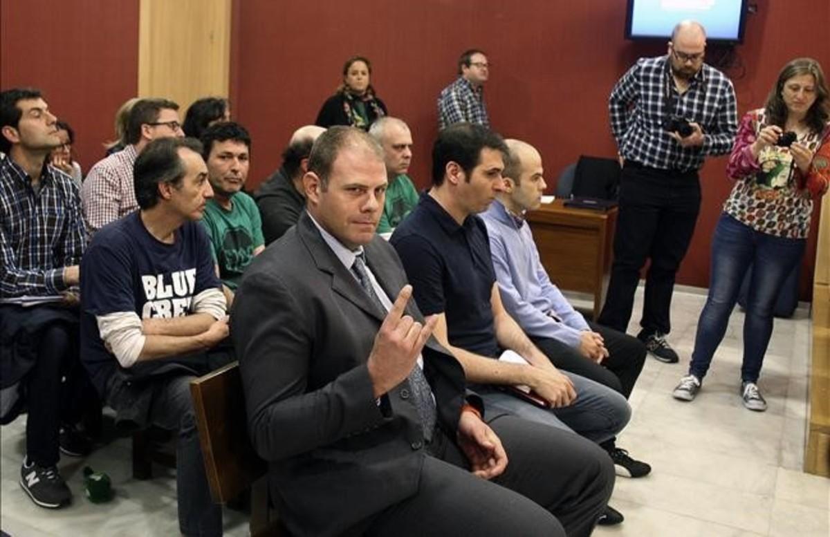 Los tres integrantes del grupo Anonymous que la Policia considera la cupula de esta organizacion, en el banquillo de los acusados
