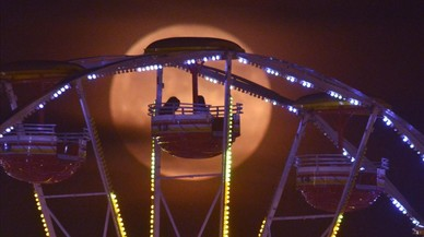 Luna llena en el parque de atracciones de Alabama, Estados Unidos.