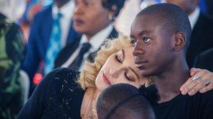 Madonna posa junto a su hijo David Banda.