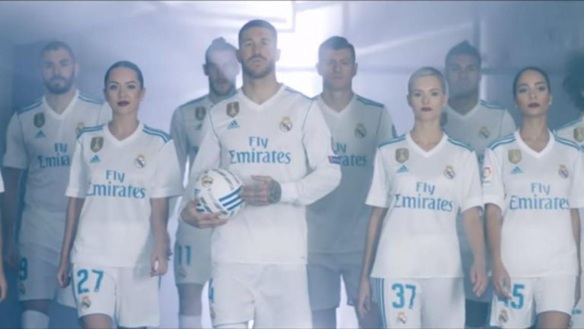 Jugadores del Madrid junto a las azafatas del vídeo de Fly Emirates.