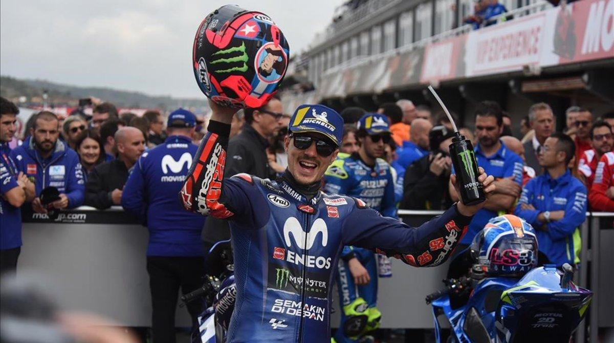 Maevrick Viñales (Yamaha) celebra la pole que ha logrado hoy en Cheste (Valencia).