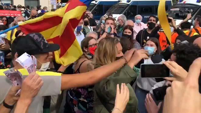 Manifestantes increpan a la periodista Mayka Navarro mientras cubría la visita del Rey en Barcelona.