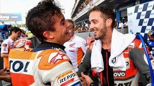 Marc Márquez y Andrea Dovizioso se saludan en el corralito de Tailandia tras una gan carrera.
