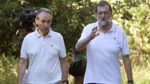 Mariano Rajoy pasea junto a José Benito Suarez, en Ribaduimia.