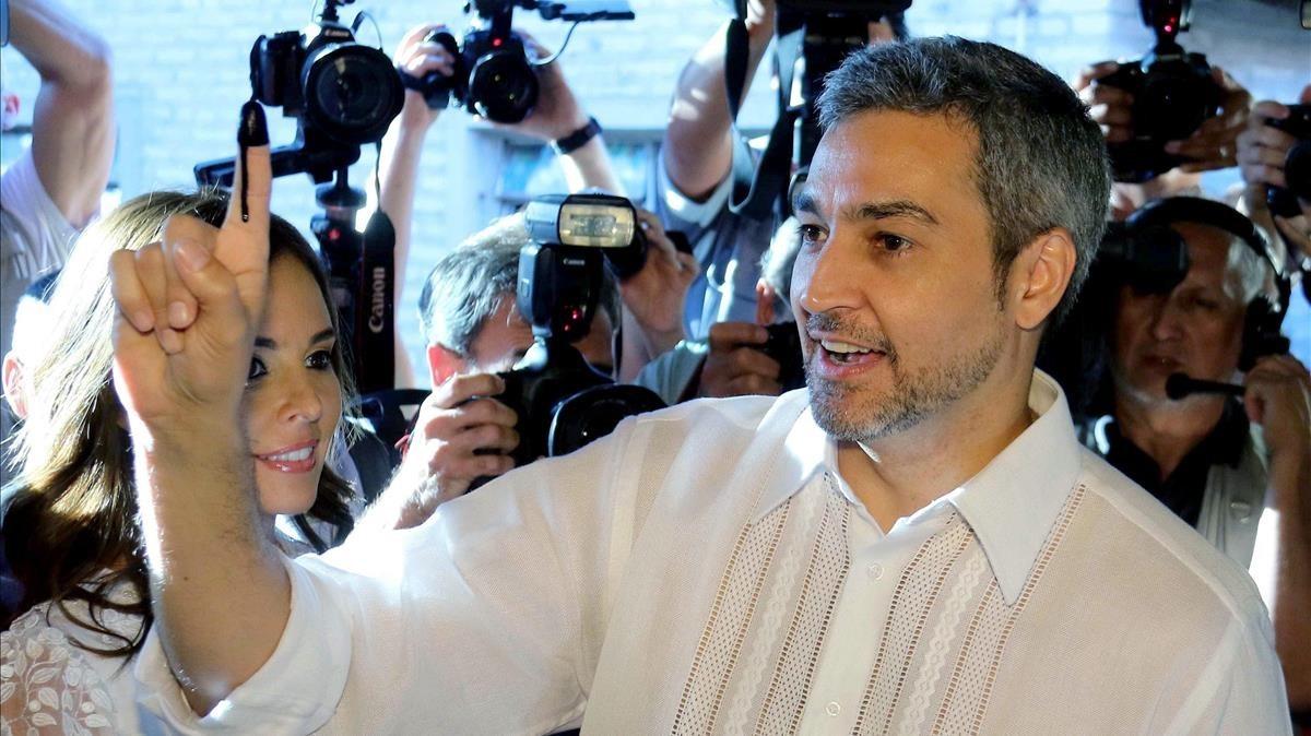 El candidato oficialistaMario Abdo Benítez muestra su dedo índice entintado después de votar en una escuela enAsunción.