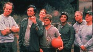 Alan Alda (segundo por la izquierda), con el resto de protagonistas de la serie M*A*S*H.