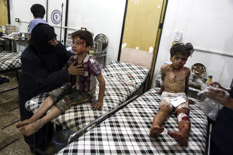 Niños heridos en un ataque aéreo en la localidad siria de Duma.