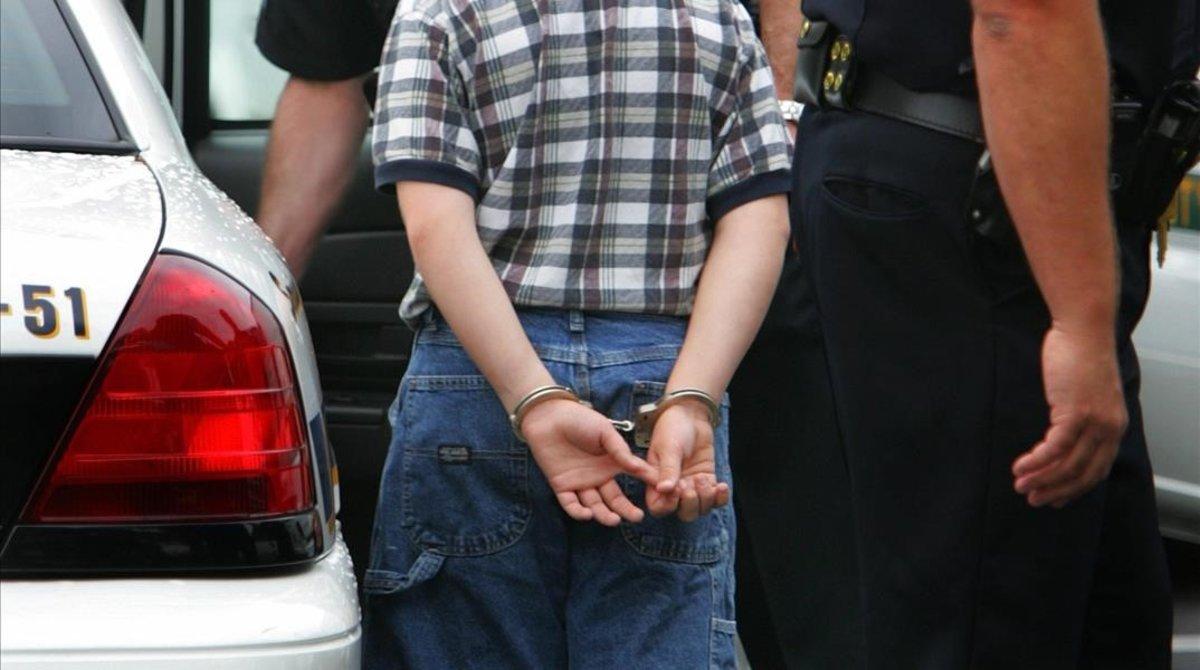 Un menor detenido en una imagen de archivo.