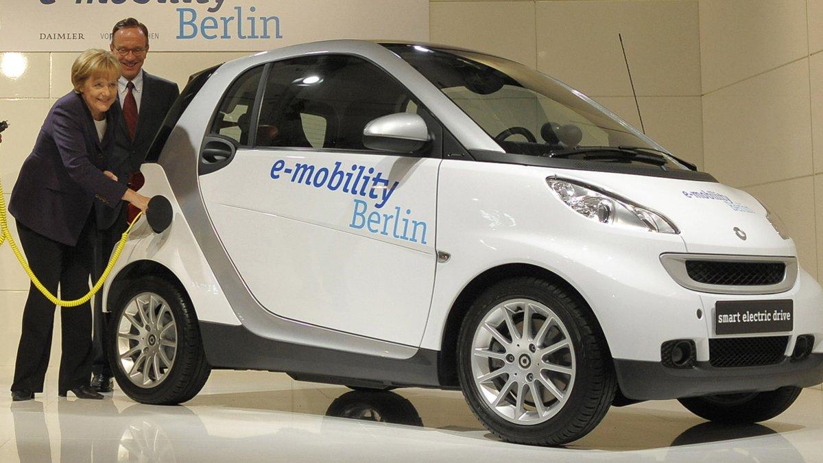 Angela Merkel con un coche eléctrico en Berlín.